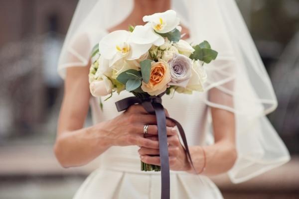 Cách cá nhân hóa bó hoa cưới của bạn