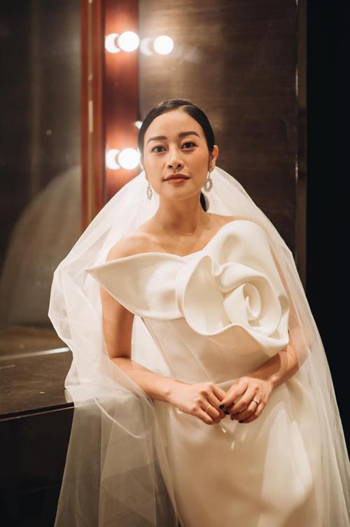 Cô dâu showbiz Việt chuộng váy cưới tối giản những tháng đầu năm 2019