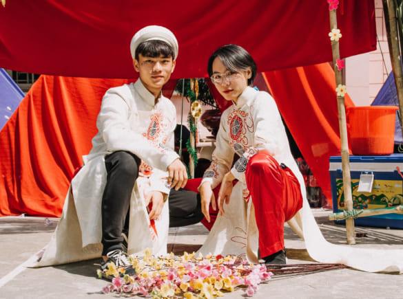 Tổ chức hội trại của học sinh xịn sò phiên bản đám cưới, nhưng dàn trai xinh gái đẹp bê tráp mới là điều chiếm spotlight