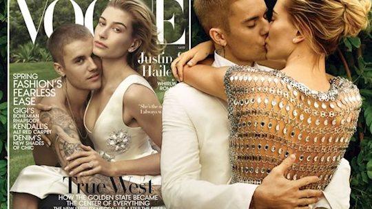 Váy cưới thêu mang thông điệp tình yêu của vợ Justin Bieber