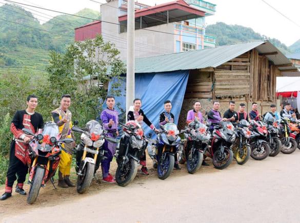 Chú rể  ở Lào Cai rước dâu với hơn 10 moto phân khối lớn