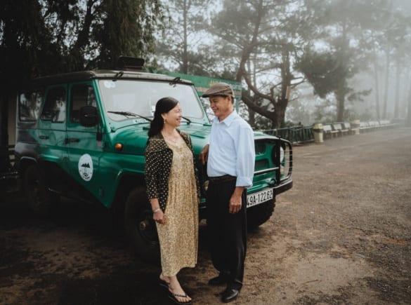 """Thanh niên Hà Nội đưa bố mẹ đi du lịch Đà Lạt, nhân tiện làm luôn bộ ảnh vừa tình vừa thơ với lí do: """"Hồi trước các cụ cưới nhau không có ảnh tử tế!"""""""