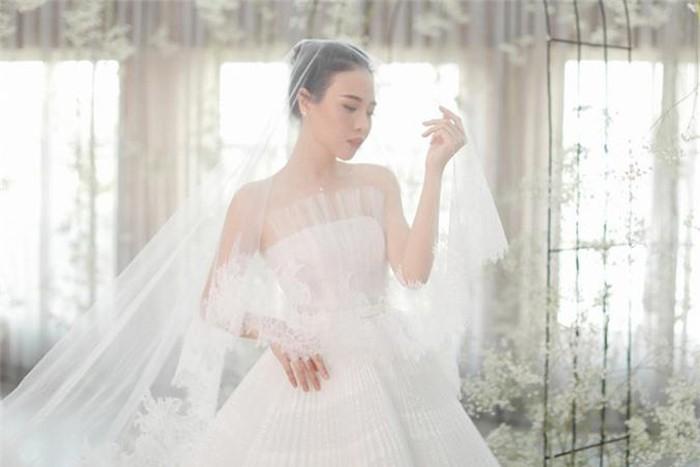 Váy cưới thu đông đính pha lê, ngọc trai